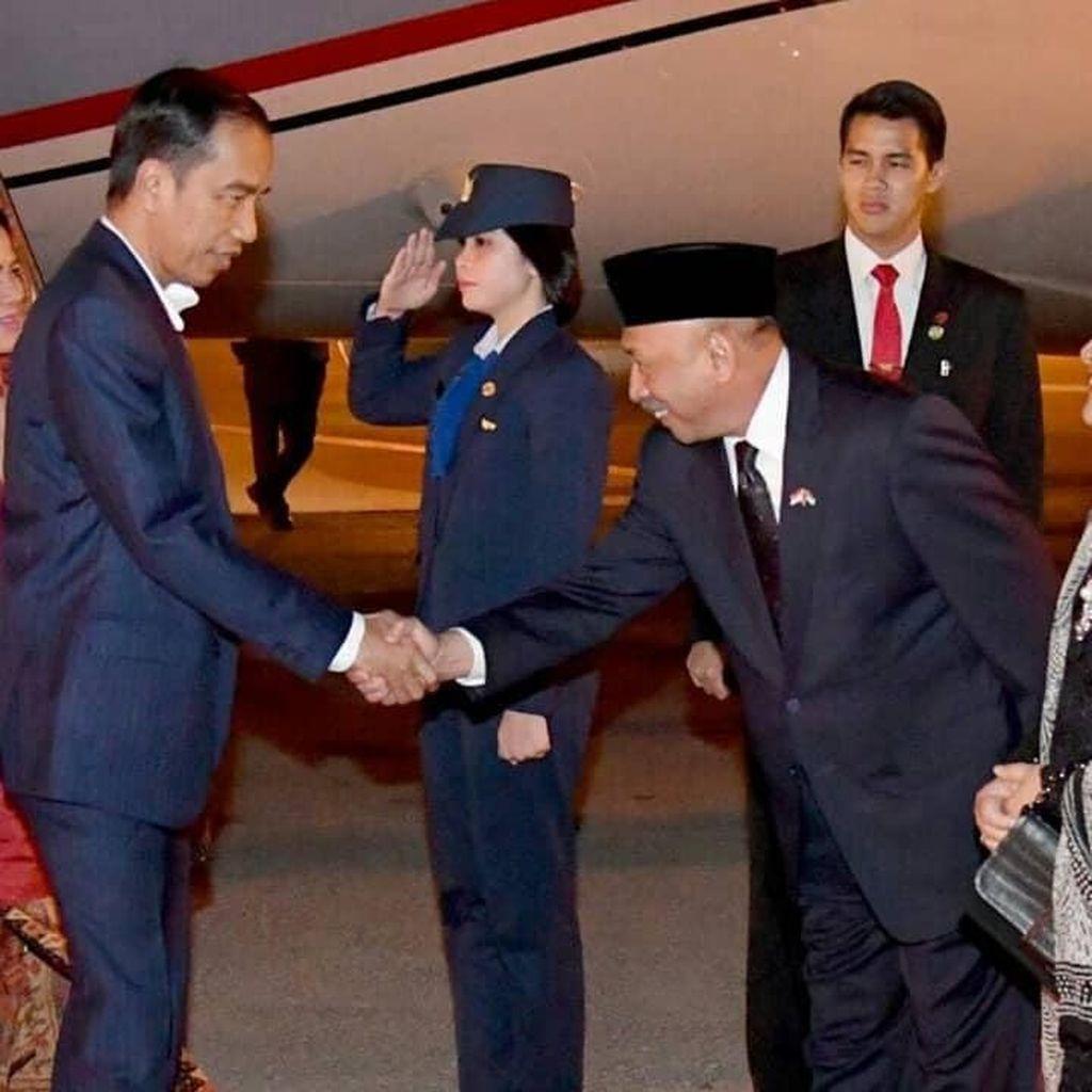 Foto: Jokowi Pulang ke Tanah Air Usai Bela Palestina di KTT OKI