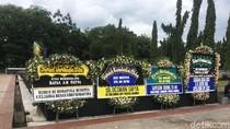 Karangan Bunga untuk AM Fatwa Berjajar di TMP Kalibata