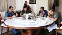 Jokowi Makan Bareng Panglima, KSAD, dan KSAL di Istana Bogor