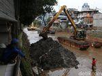 Antisipasi Banjir, Lumpur Kali Krukut Tendean Dikeruk