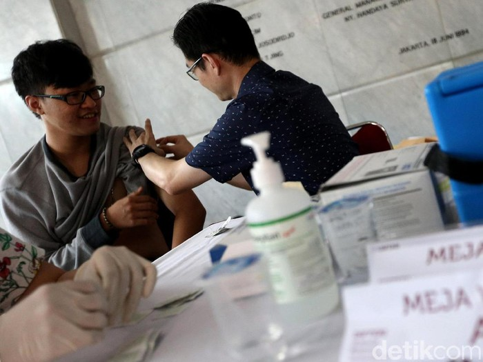 Orang dewasa juga penting untuk mendapatkan vaksin difteri. Foto: Ari Saputra