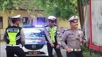 Aksi Kocak Polisi Tilang Pemotor Bandel Sambil Jaran Goyang