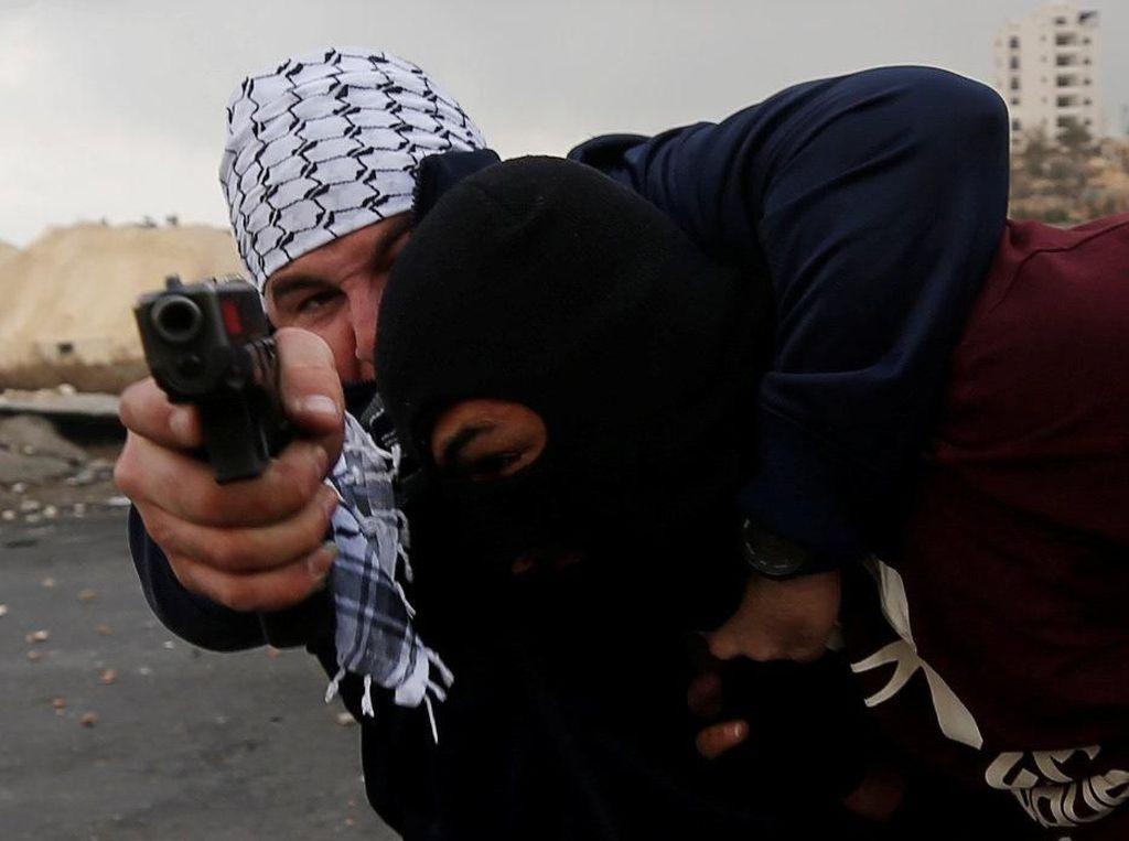 Foto Dramatis Penangkapan Demonstran Palestina oleh Aparat Israel