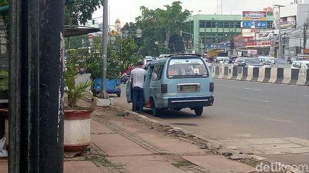 Jorok dan Bau! Jalanan di Matraman Jadi Toilet Umum Sopir Angkot