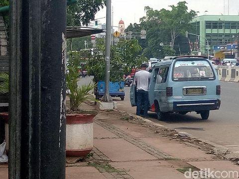 Sopir angkot di Jalan Matraman, Jaktim ketahuan buang air kecil sembarangan di jalan.