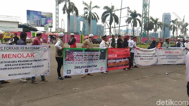 Massa menolak event DWP menggelar demonstrasi di JIExpo Kemayoran, Kamis (14/12/2017)