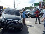 Hindari Emak-emak Nyelonong Bawa Motor, Avanza Seruduk Pulau Jalan