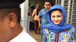 Foto: Gaya Kerudung Matching Istri Setya Novanto dari KPK hingga ke Rutan