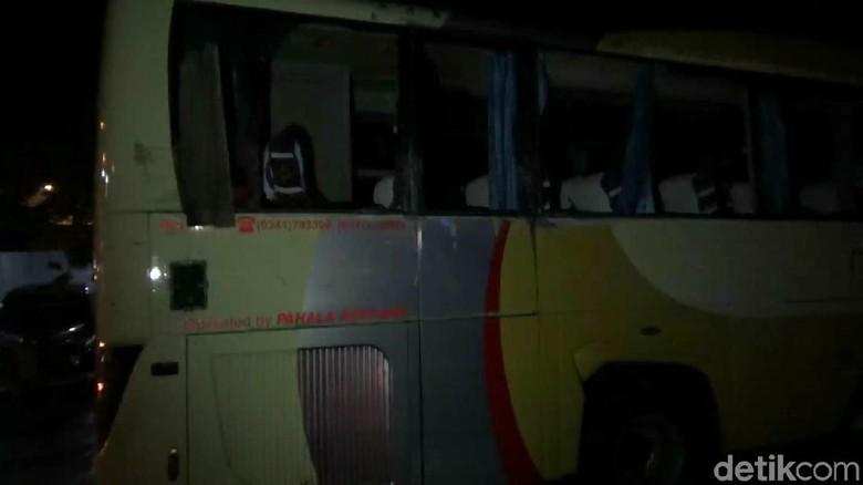 Bus Pariwisata ke Bali Kecelakaan - Pasuruan Sebuah bus rombongan wisatawan asal Surabaya mengalami kecelakaan di Satu penumpang bus meninggal dunia dan tiga lainnya