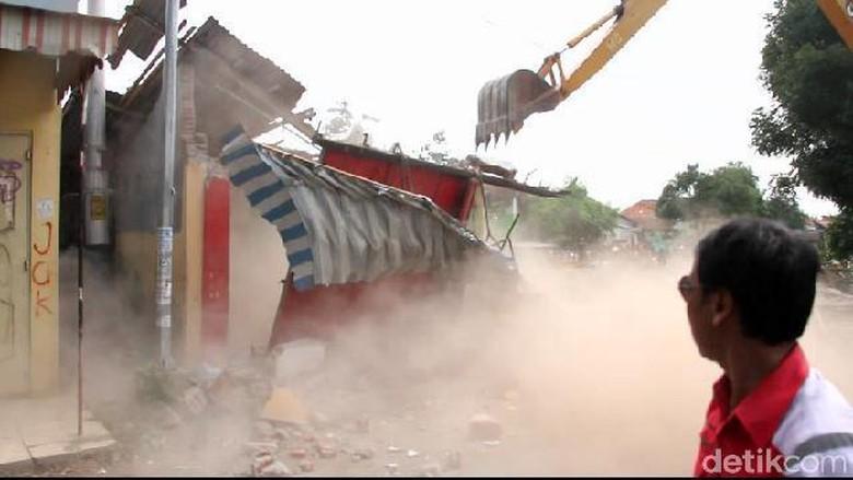 1.229 Bangunan Liar di Daerah Irigasi Pemali Brebes Dibongkar Paksa