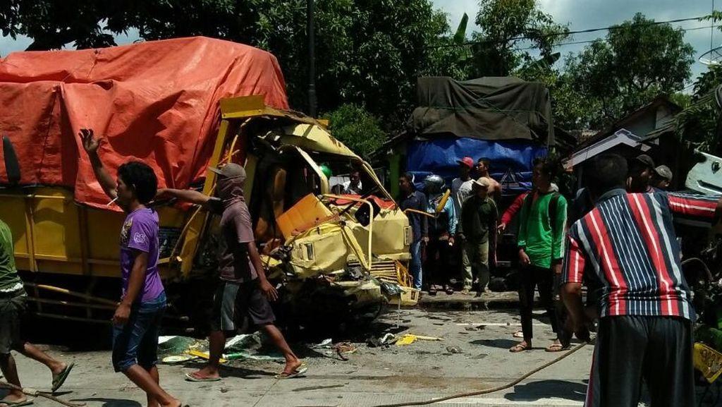 Truk Adu Banteng di Bojonegoro, 5 Orang Selamat