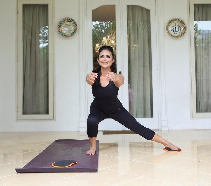 Diva Indonesia, Krisdayanti memiliki tubuh yang kencang berkat hobinya berolahraga. Setiap ada waktu senggang, KD memilih untuk berolahraga. Foto: Instagram/@krisdayantilemos