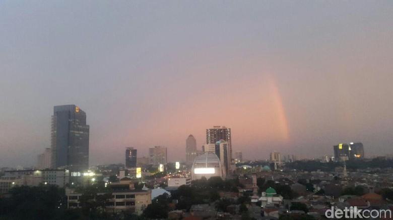 Cantiknya Pelangi Senja di Langit Timur Jakarta