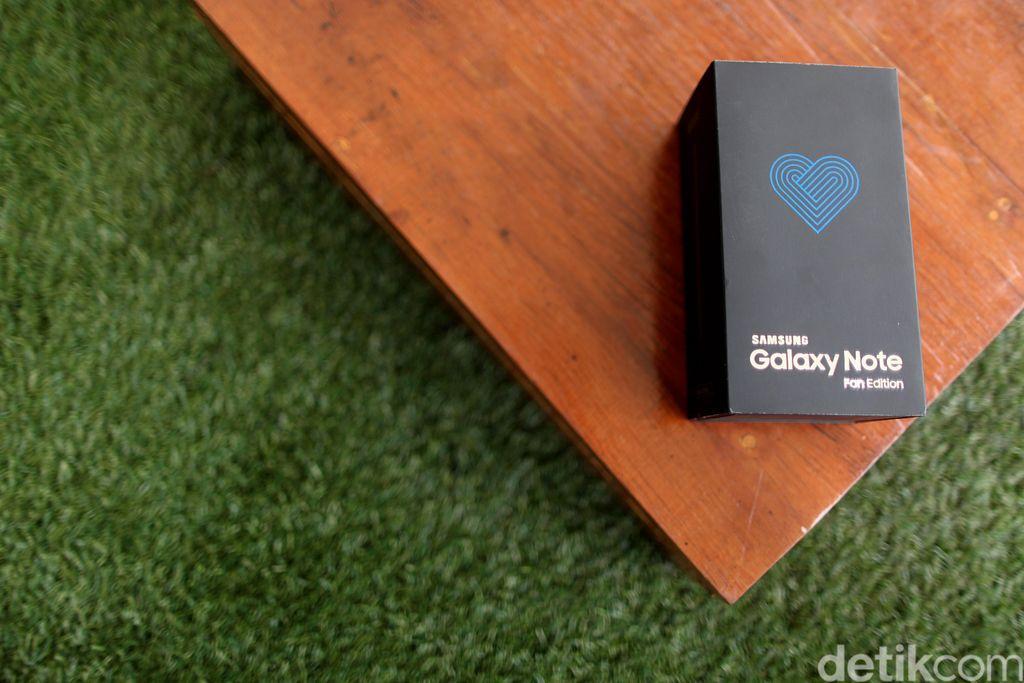 Inilah kemasan Galaxy Note FE. Bisa dibilang ponsel ini ditujukan untuk menjawab keinginan para fans Samsung yang masih menginginkan Galaxy Note 7. Seperti diketahui, Note 7 ditarik dari pasaran karena baterainya bermasalah dan rentan meledak. Foto: Muhammad Ridho