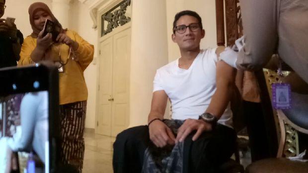 Tak ketinggalan, Wakil Gubernur Sandiaga Uno juga ikut suntik difteri.