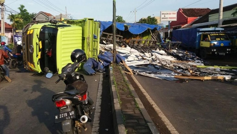 Sopir Ngantuk, Truk Muat Kaca Terguling di Pasuruan