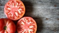 Wajah Lebih Putih dan Lembut dengan 5 Racikan Masker Tomat Ini!