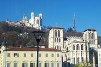 Metallic tower of Fourviere yang terlihat dari jalanan Kota Lyon (Afif Farhan/detikTravel)