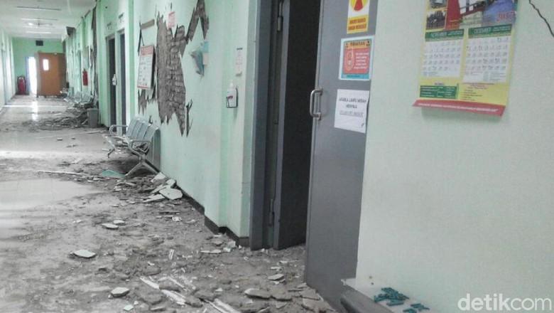 Ratusan Bangunan di Cilacap dan - banyumas Ratusan bangunan mengalami kerusakan akibat gempa SR yang mengguncang wilayah Cilacap dan Banyumas pada Jumat Lebih dari