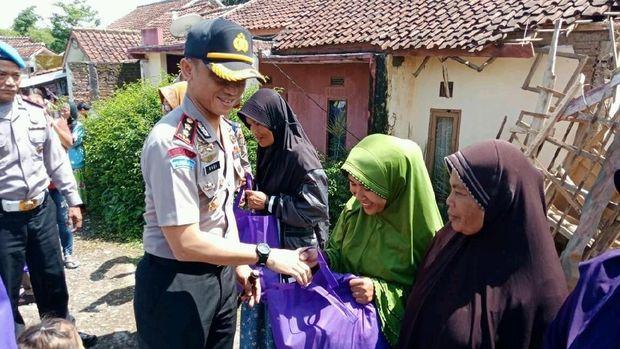 Kapolres Garut AKBP Budi Satria Wiguna memberikan bantuan kepada korban gempa.