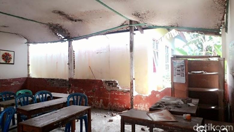 SD di Garut Rusak Akibat - Garut bangunan sekolah dasar di Jawa rusak akibat diguncang gempa bumi berkekuatan SR yang terpusat di Kebanyakan bangunan