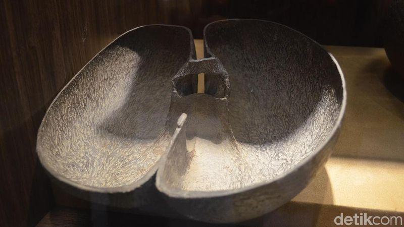 Inilah batok Kelapa Janggi, salah satu benda pusaka di Museum Keraton Kasepuhan Cirebon. Bentuknya unik karena seperti kembar siam (Sudirman Wamad/detikTravel)