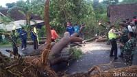 Puting Beliung Terjang Desa di - Magetan Hujan deras disertai angin puting beliung menerjang desa di Puluhan rumah diperkirakan rusak di Kecamatan Karas yakni