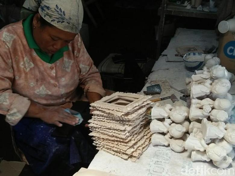 Jelang Omzet Kerajian Fiberglass di - Jombang Natal Desember mendatangkan berkah bagi pembuat kerajinan berbahan fiberglas di Omzet kerajinan ini naik puluhan juta rupiah