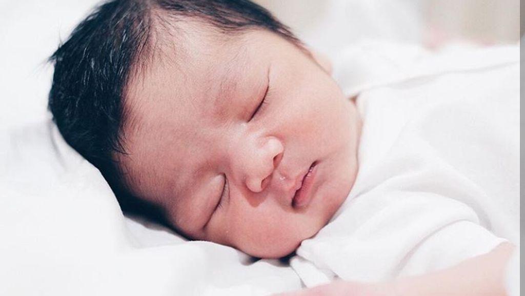 Ini Aga, Bayi Cute dan Jagoan Paling Kecil Enno Lerian
