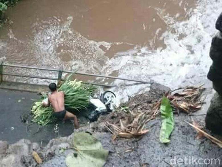 Jembatan Penghubung Antar Desa di - Malang penghubung Desa Kabupaten Diduga kontruksi jembatan tak kuat menahan debit air yang mengalir di ambruknya jembatan terjadi