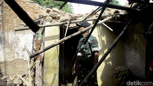 Reruntuhan tembok yang menimpa Aminah