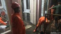 Pasukan Oranye Bersihkan Lumpur Bawaan - Jakarta Sebanyak petugas PPSU atau pasukan oranye dari Kelurahan Jati Padang membersihkan Musala Musala ini menjadi tempat warga