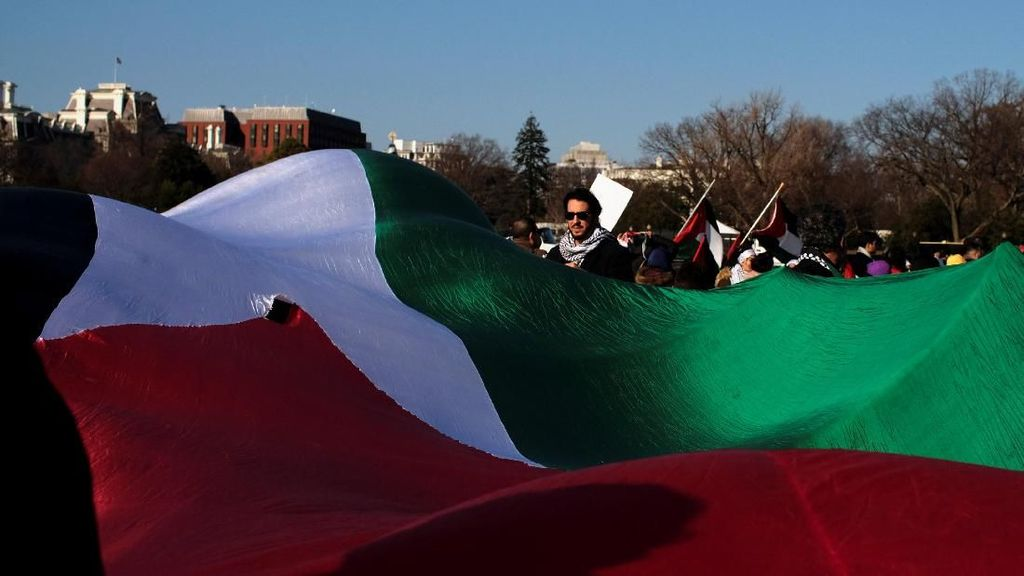 Foto: Bendera Palestina Raksasa Dibentangkan di Washington AS
