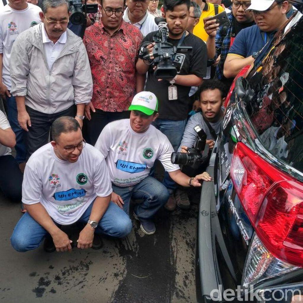 Mobilnya Lolos Uji Emisi, Ini Pesan Anies ke Warga DKI