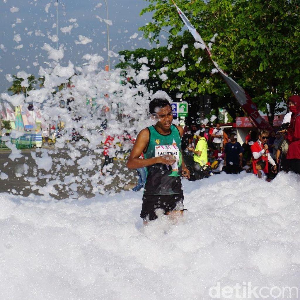 Ribuan Pelari Antusias Ikut Foam and Run Pertama di Madiun