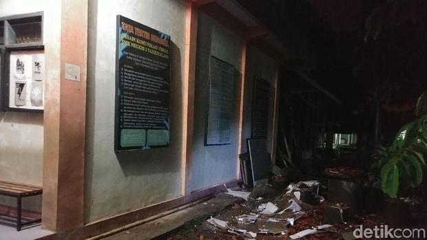Puing-puing dinding SMKN 3 runtuh akibat diguncang gempa