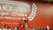 Penutupan Rakornas PDIP, Sekjen Hadiahkan Caping ke Ketua Panitia