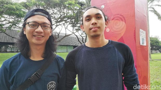 Ciputra (kiri) dan Ferry (kanan), anggota Komunitas Vainglory Bandung