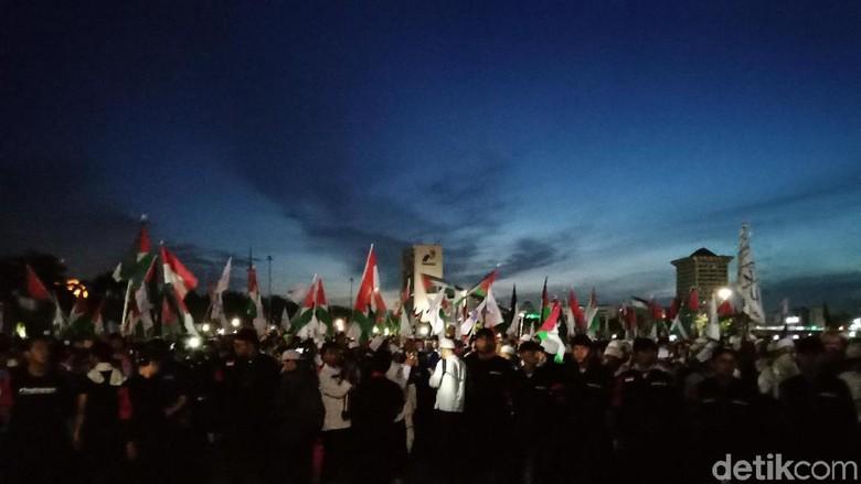 Massa Aksi Mulai Kibarkan Bendera Palestina di Monas