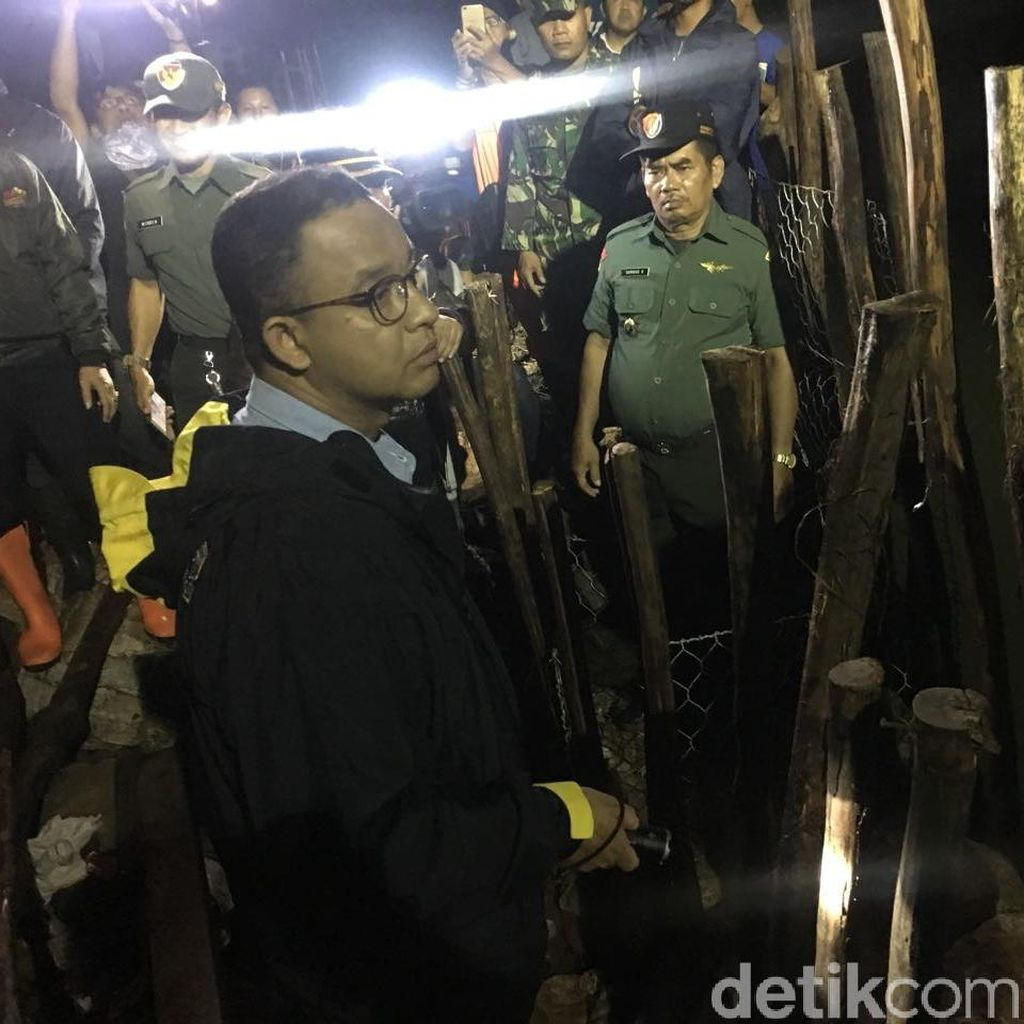 Anies Instruksikan Perbaikan Tanggul di Jati Padang Harus Tuntas