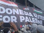 Massa Bentangkan Spanduk Besar Indonesia Unites for Palestine