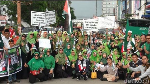 Massa Bagi-bagi Bendera Palestina di Car Free Day Makassar