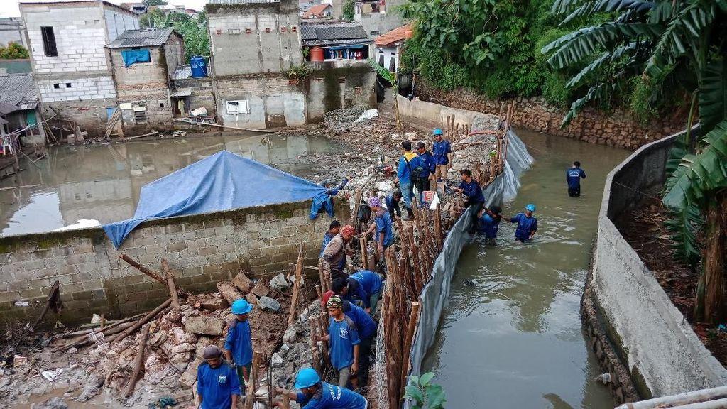 Berpacu Rampungkan Tanggul Jati Padang yang Berulang Kali Jebol