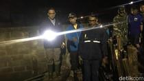 Sambil Bawa Senter, Anies Cek Tanggul Jebol di Jati Padang