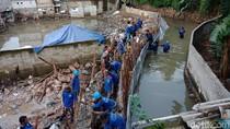 Petugas Sudin SDA Masih Berjibaku Perbaiki Tanggul Jebol Jatipadang