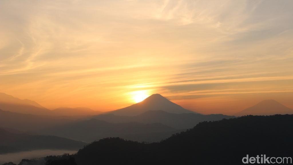 Foto: Bukit Batu Lawe, Spot Sunrise Cantik di Banjarnegara