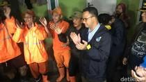 Cek Tanggul Jebol di Jati Padang, Anies Disambut Pasukan Oranye