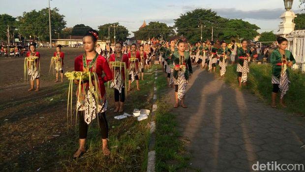 Suasana Nitilaku UGM di Alun-alun Utara Keraton Yogyakarta.