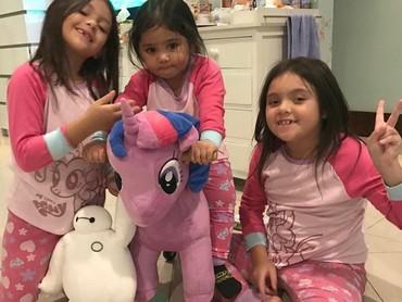 Bersama kedua sepupunya main boneka kuda poni. Lucu-lucu semua. (Foto: Instagram @reisabrotoasmoro)