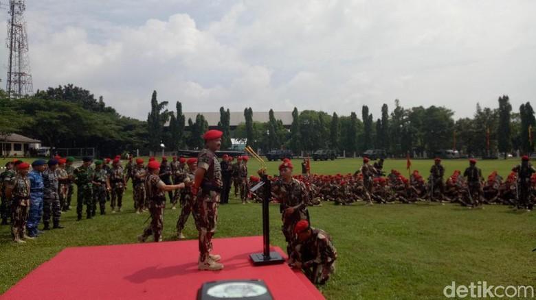 Momen Panglima TNI Berbaret Merah dan Diarak Prajurit Kopassus